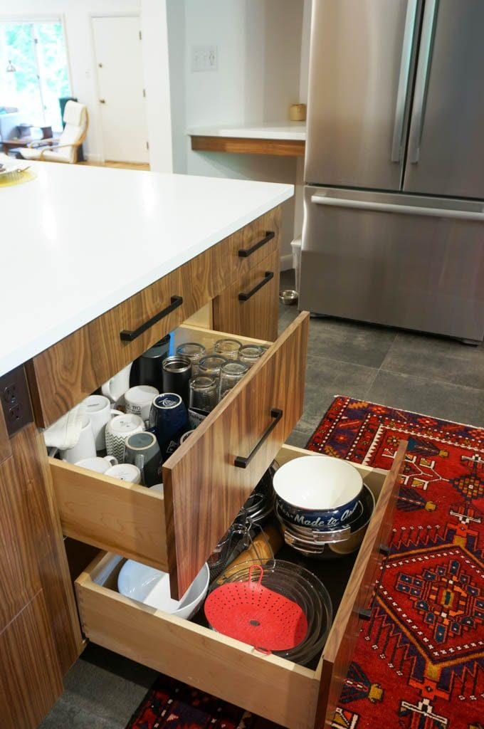 Kitchen drawers are a great way to store plates, cups bowls, and pretty much anything else. #kitchendrawers #kitchenrenovationideas #whitecoatpinkapron